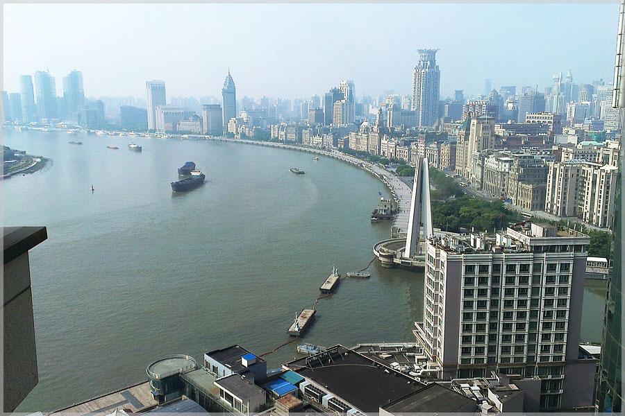 Die weite Schleife des Huangpu-Flusses in Shanghai