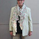Das attraktive Muster eines Sommerkleides wurde hier zu einem schmückenden Tuch, flexibel tragbar zu vielen Farben.