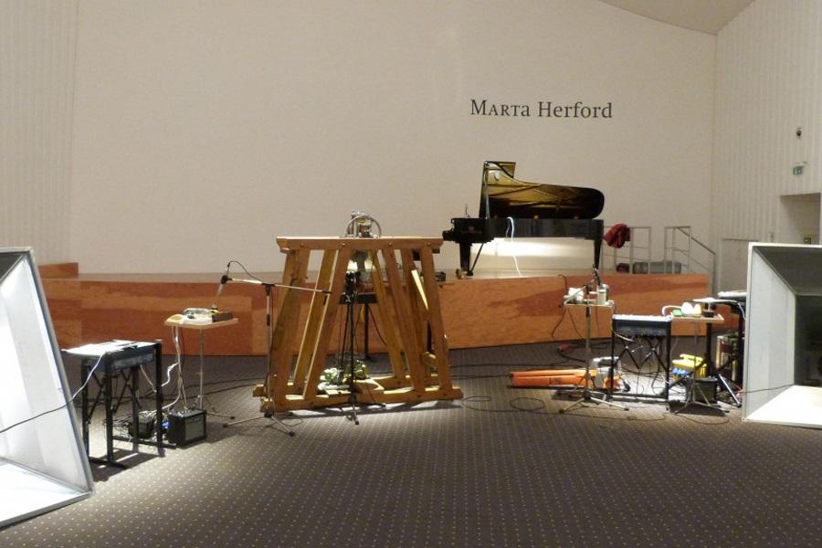 """Aufbau der """"Instrumente"""" des 1. Deutschen Stromorchesters im Marta Forum"""