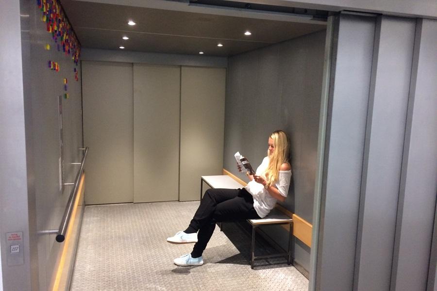 Foto von Linda Isiklar auf der Bank im Fahrstuhl