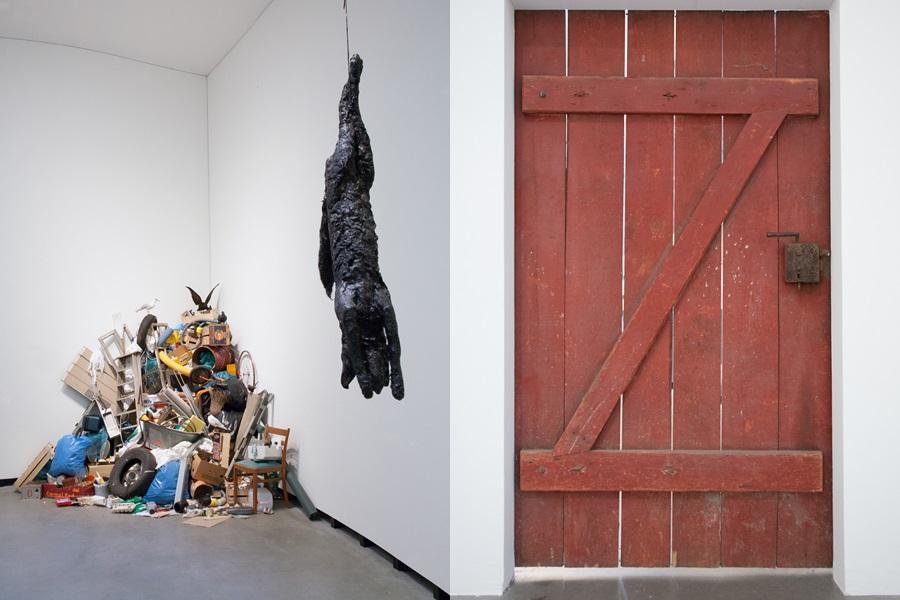 """Detail aus der Installation """"Tar museum"""" und der Tür, die aus der Ausstellung führt"""