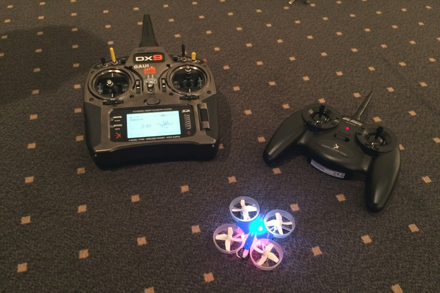 Equipment für das Lehrer Schülerfliegen: Fernbedienungen und eine Drohne
