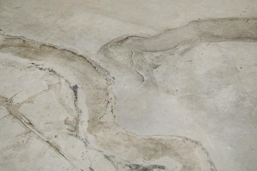 Spuren auf dem Boden des Marta Herford, die die Skulptur Dangsan Namu hinterlassen hat.