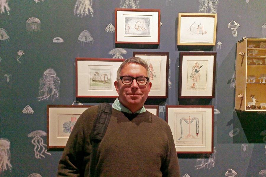 Der Künstler Mark Dion vor seinen Werken