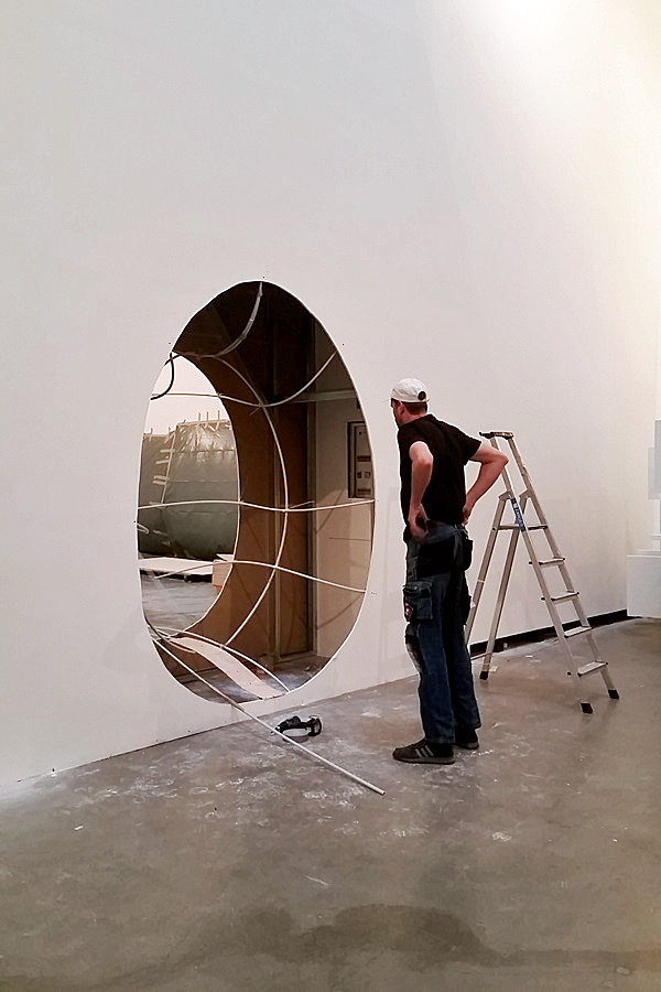 Bild aus dem Aufbau der Marta-Ausstellung Der fremde Raum