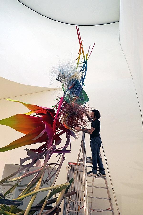 Künstler Arne Quinze arbeitet an seinem Werk für die Marta-Ausstellung Der fremde Raum