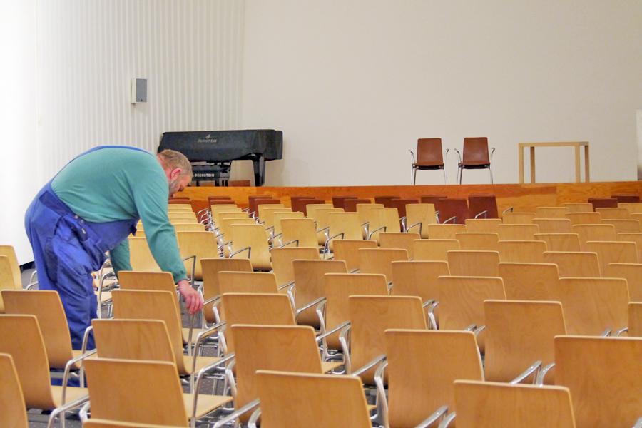Foto beim Stühle stellen im Marta-Forum