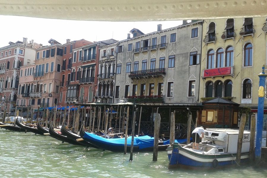 Foto einer venezianischen Wasserstraße
