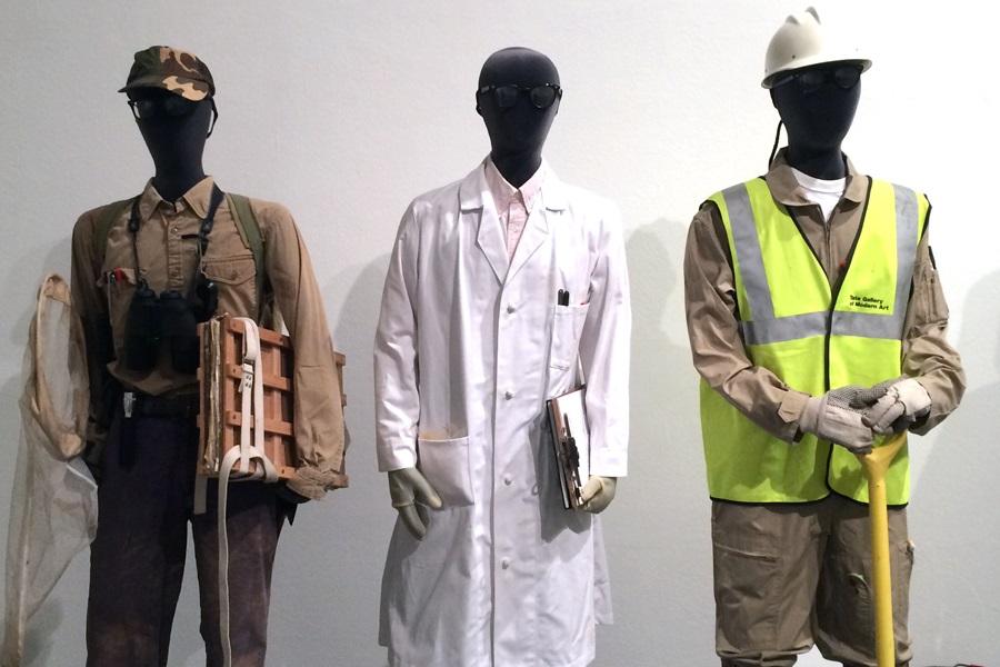 """Detailabbildung des Werks """"The Costume Bureau"""" von Mark Dion"""