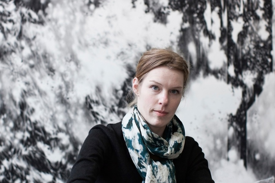 Porträt von Julia Steiner vor ihrer Wandzeichnung