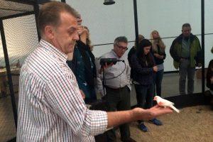 Herr Bachert mit einem der kleinen Vögel auf seiner Hand