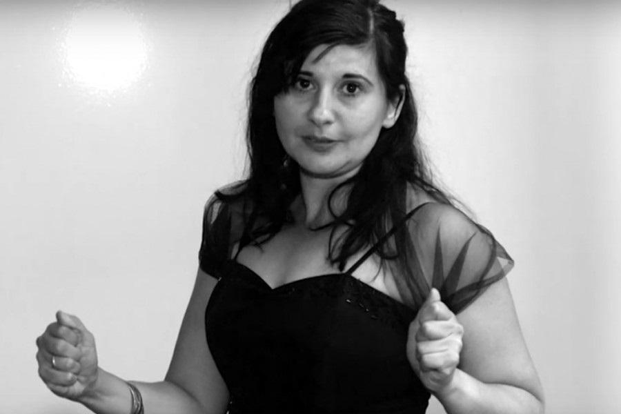 Filmstill aus dem Kunstverhör mit Nezaket Ekici