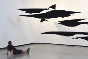 """Betrachter vor dem Mobile-Werk """"Lapses"""" von Sonja Vordermaier"""