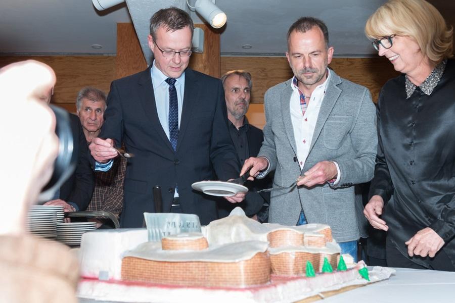 Foto von Marta-Direktor Roland Nachtigäller, Konditor Heinz Kleine und Marta-Geschäftsführerin Helga Franzen beim Anscheiden der Marta-Torte