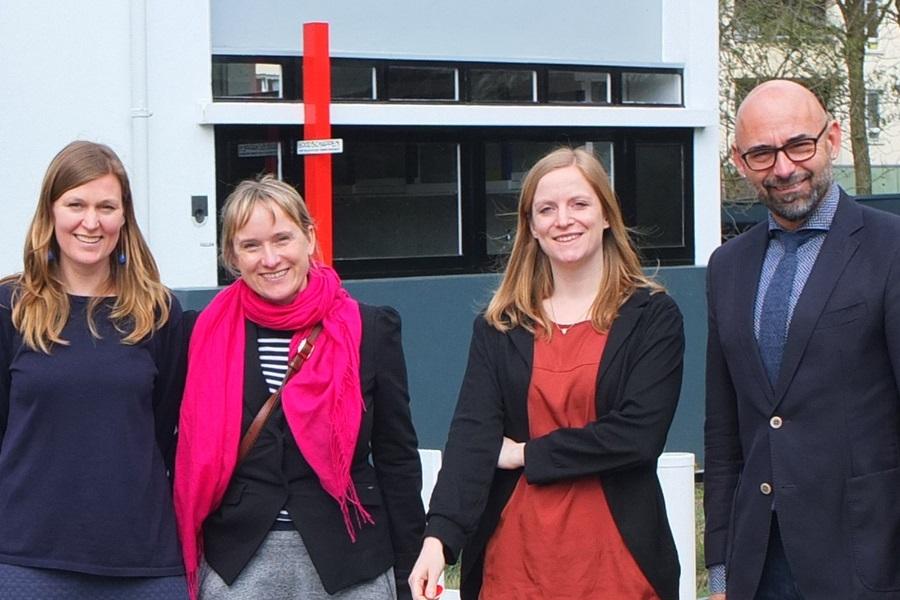 Gruppenfoto vor dem Rietveld Schröder Haus