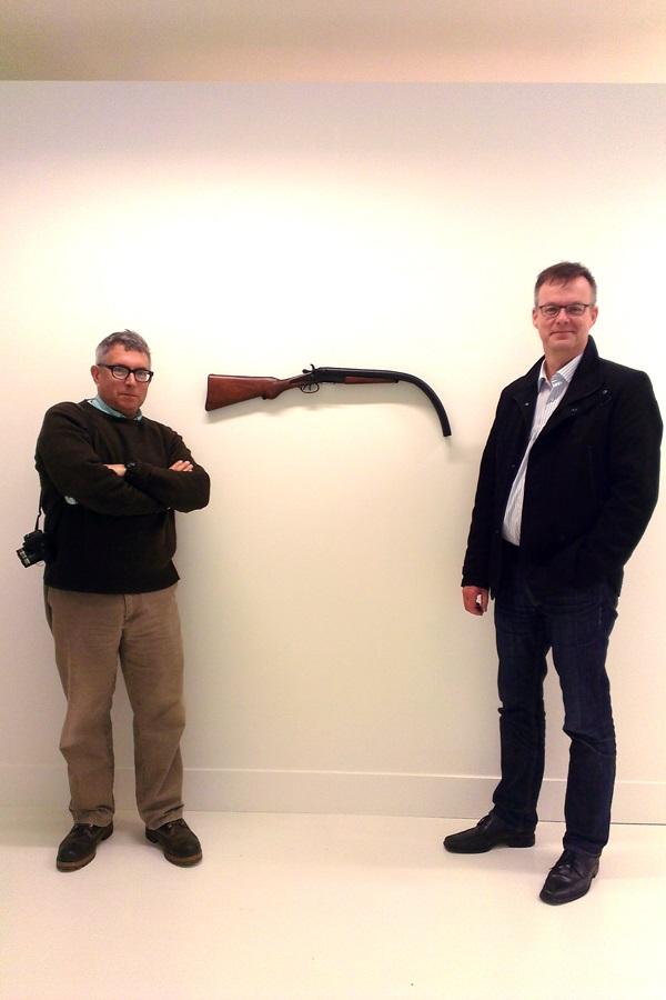 Mark Dion und der Künstlerische Direktor von Marta Herford vor der Edition des Künstlers