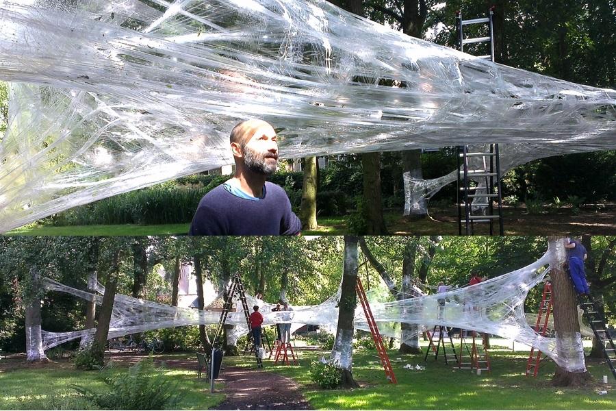 Die Installation der Künstlergruppe Numen im Grünen