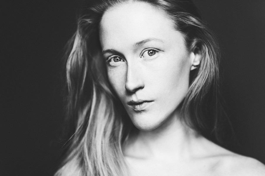 Porträt der Künstlerin und des Models Britta Thie
