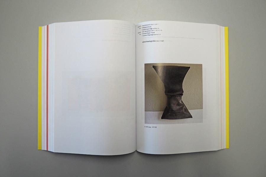 Buchseite in der Publikation von Suse Wiegand, die das Bild eines Objektes und einen kurzen Kommentar der Künstlerin in Form einer E-Mail zeigt