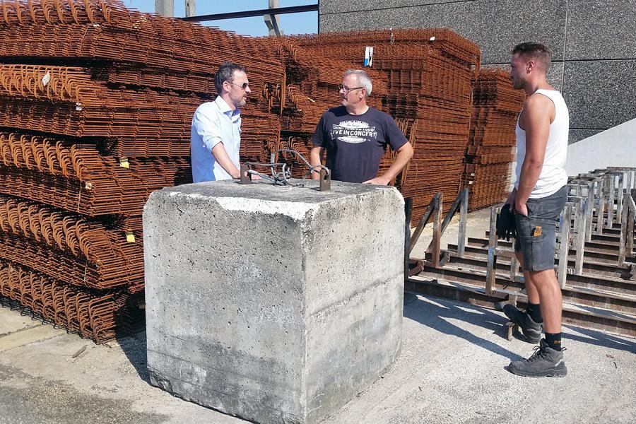 Christoph Weber bei den Vorbereitungen für seine Arbeiten für die Marta-Ausstellung der fremde Raum im Betonwerk