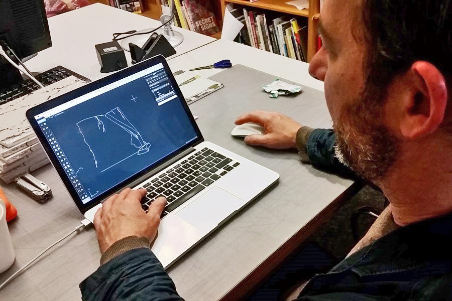 Christoph Weber arbeitet am Computer um die Wandritzungen in der Marta-Ausstellung der fremde Raum vorzubereiten